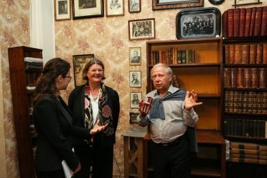 Президент EPS открыла памятную табличку в Музее-архиве Д. И. Менделеева